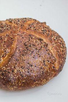 Vedieť upiecť domáci kváskový chlieb je nemalá frajerina. Ale hlavne je to obrovská dobrota! Kváskový chlieb je oveľa chutnejší než akýkoľvek kupovaný. Má chrumkavejšiu, krásne sfarbenú a skaramelizovanú kôrku. Má tiež nižší glykemický index a dlhšiu trvanlivosť. Tak prečo to neskúsiť? :) Banana Bread, Desserts, Food, Gardening, Recipes, Hampers, Cooking, Tailgate Desserts, Essen