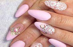 Uñas de porcelana decoradas, uñas decoradas porcelana en pico.   #decoraciondeuñas #corunhas #uñasconbrillo