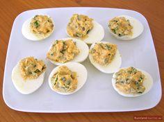 Die hartgekochten Eier mit einer leicht pikanten Füllung aus eingelegten Gurken ist eine in Russland beliebte Vorspeise.