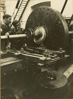 Oficial y aprendíz de tornero en 1922. Entrañable imagen. Astillero La Naval (Sestao-Vizcaya).