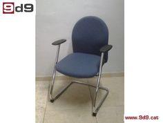 Silla para oficina de segunda mano, tapizada en tela de color azul y estructura de tubo cromado con brazos. PVP: 35€.
