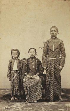 Raden Mas Toemenggoeng Tjondronegoro (ook Poerwolelono genaamd), regent van Koedoes, met echtgenote en dochtertje. Ca 1867