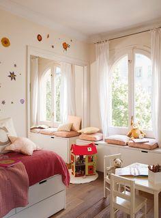 Cuarto con flores  Todos los muebles han sido diseñados por Anna Taberner. Mesita de juegos y sillas de Ikea.