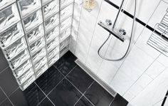 Badeværelse - bruseniche med linjeafløb. Elegang rist og ramme i børstet rustfrit stål. Unidrain®: ClassicLine