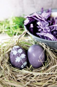Naturalnie barwione, ziołowe pisanki | Werandacountry.pl Easter Egg Dye, Hoppy Easter, Easter Party, Easter Table, Vernal Equinox, Spring Sign, All Things Purple, Egg Decorating, Easter Crafts