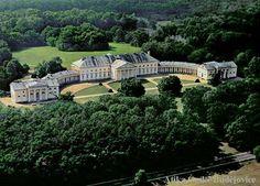 Zámek Kačina  Nejvýznamnější klasicistní architekturu v Čechách nechal budovat od počátku 19. století Jan Rudolf, hrabě Chotek. Projekt vypracoval Ch. F. Schuricht, podíl na výsledné podobě slohově čisté novostavby měli rovněž J. Fischer a její stavitel J. F. Joendl. V celkově střídmém členění široce rozevřeného zámku zaujmou především monumentální kolonády v oblých spojovacích křídlech a portiky uprostřed hlavní zámecké budovy a bočních pavilonů.
