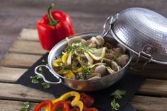 Cataplana de Ameijoas TC_003 Portuguese Recipes, Portuguese Food, Fish And Seafood, Japchae, Sprouts, Vegetables, Ethnic Recipes, Cod Fish Recipes, Green Bell Peppers