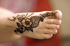 Henna foot tattoo Check out more desings at: www. Small Henna Tattoos, Ankle Tattoos, Foot Tattoos, Body Art Tattoos, Tatoos, Henna Designs Feet, Henna Tattoo Designs, Hena Tattoo, Henna Mehndi