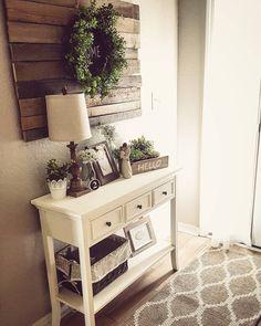 Mooi voorbeeld van dingen waar je me blij mee kan maken. Mandjes, plantjes, willow-tree beeldjes, kransen, eenvoudige lamp,...