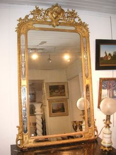 Superbe miroir Napoléon III à Parecloses en Bois Doré en vente sur notre brocante en ligne. Détails sur http://www.lesbrocanteurs.fr/annonce-antiquaire/miroir-napoleon-iii-a-parecloses-en-bois-dore/