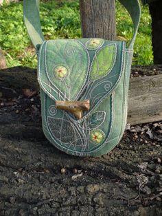 A kde je beruška? Jarní malá pevná taška. Různě zelená. Z přírodního pevného trávově zeleného plátna. Aplikace vlněné obšité provázkem. Vpředu kapsa a na podšívce taky. Zapínání na klacík z lesa.