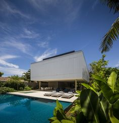 Casa Branca (White House) is a tropical beach house designed by Studio in collaboration with Eduardo Chalabi. Tropical Architecture, Contemporary Architecture, Contemporary Houses, Zombie Proof House, Archdaily Mexico, Studio Mk27, Infinity Pool, Modern Tropical, Forest House