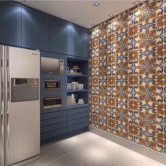 Inspiração: Cor e estilo do armário da cozinha...Revestimentos e toque de cor imprimem modernidade em cozinha destacada por iluminação pontual e assinatura marcante.