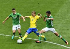Ireland's midfielder Wesley Hoolahan (L) and Ireland's forward Shane Long (R) vie for the ball with Sweden's midfielder Oscar Lewicki during the Euro 2016 group E football match between Ireland and Sweden at the Stade de France stadium in Saint-Denis on June 13, 2016. / AFP / PHILIPPE LOPEZ