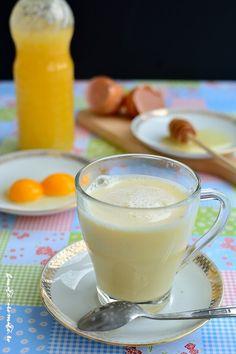 Şodoul e o băutură pe bază de ou, miere şi lapte cald, foarte emolientă pentru iritaţiile gâtului. Calmează rapid durerile de gât şi grăbeşte vindecarea. Romanian Food, Nutribullet, Turmeric, Good To Know, Glass Of Milk, Natural Remedies, Smoothies, Panna Cotta, Healthy Lifestyle