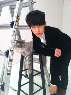 ZE:A's Siwan does his best impression of 'grumpy cat'