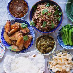 Thai style meal | #Larb minced pork,grilled chicken wings,green chili sauce (Num-Prik-Noom),steamed choi-sum,pork grind and sticky rice  Super full and super good  Have a great weekend ahead everyone #thaifood . . มื้อเย็นจัดเต็ม | ลาบหมู(ลีน)แซ่บๆ ปีกไก่ย่าง(อบ) น้ำพริกหนุ่มคุณมี้เอามาฝาก ผักกวางตุ้งลวก แคปหมู น้ำจิ้มแจ่ว ข้าวเหนียวไมโครเวฟนุ่มนิ่ม  มีอะไรก้อกินไป สองลิงกินเหนียวไก่ค้าบ  สวัสดียามบ่ายประเทศไทยค่า #foodbycherry . . เห็นน้องวิทำเหนียวกินวันก่อน อยากกินเลย @ivyvi…