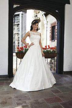 Brautkleid von Sincerity Bridal mit Oberteil aus Spitze und weitem Rock in Boden-Länge.