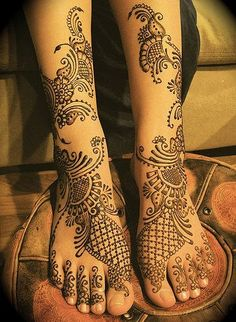 Mehndi or Henna adds relish to the event of Eid especially for women and young girls.Mehndi is the application of henna for temporary decoration of skin. Henna Tattoo Designs, Henna Tattoos, Henna Tattoo Bilder, Arabic Mehndi Designs, Tattoo On, Mehndi Tattoo, Bridal Mehndi Designs, Bridal Henna, Wedding Mehndi