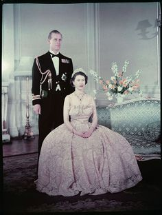 Queen Elizabeth the second seated in front of Prince Philip, Duke of Edinburgh / La reine Elizabeth II assise devant le prince Philip, duc d'Édimbourg Princesa Elizabeth, Princesa Margaret, Hm The Queen, Royal Queen, Her Majesty The Queen, Young Queen Elizabeth, Prinz Philip, English Royal Family, Isabel Ii