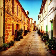 Die Altstadt von Alcudia in Mallorca bietet selten einen Schnappschuss mit einer gänzlich leeren Straße Alcudia Old Town, Candid Photography, Vacation Places, Lighthouse, Old Town