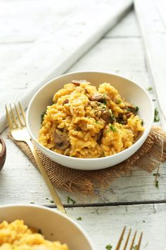 10 ingredient EASY 4 Step Vegan Risotto with mushrooms and leeks! So creamy, delicious and comforting #vegan #glutenfree