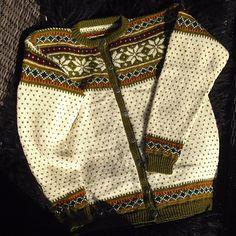 Endelig ferdig! #kofte #koftestrikk #denstorekoftejakten #strikking #knit #knitting #norwegianknitting #norway #tradisjon #tradition #tradisjonsstrikk #traditionalknitting #rauma #finull #ull #wool #yarn