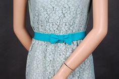Letzes Jahr im Sommer habe ich mir ein Kleid gekauft, das seither ungetragen im Schrank hängt. Zum einen hat sich bislang noch keine passende Gelegenheit ergeben, das Kleid zu tragen, zum anderen fehlt einfach noch der letzte Pfiff. Was also tun, damit das Kleid endlich seinen großen Auftritt bekommt? Ein Taillengürtel muss her! Das braucht Ihr für den Gürtel: Mein Gürtelband soll 3,5 ...