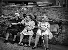Bari: Portrait of three old women sitting on a bench in Vernazza, Italy by John Braggs >> Scopri le Offerte!