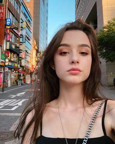 Ulzzang girl ✅ ulzzang boy ✅ Ulzzang kids✅ Ulzzang couple✅ time needed to read : ± Western Girl, Natural Makeup Looks, Cute Beauty, Beautiful Girl Image, Girl Photography Poses, Grunge Style, Ulzzang Girl, Ulzzang Couple, Girl Face