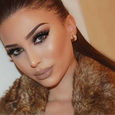 Neutrals w/ a subtle pop of turquoise on the eyes compliments beautifully @bellefleurmakeup✨ #vegas_nay