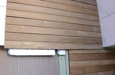 Instalación de una valla de madera en el edificio de una empresa en Barcelona por parte de Park House Studio.