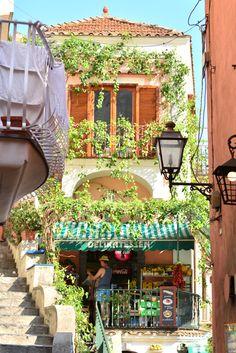 アマルフィ海岸の宝石とも呼ばれる(らしい)ポジターノの街並みはとっても可愛くて入り組んだ路地や小さな階段を上っていくとまるで迷路みたいでどこまでもお散歩したくな...