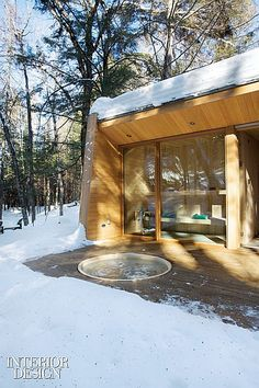La Luge House by Architects a holiday home in the forest of Quebec, Canada. Back porch hot tub & sauna view Luge, Quebec, Cabin Design, House Design, Sunken Hot Tub, Getaway Cabins, Modern Cottage, Cabins In The Woods, Interior Exterior