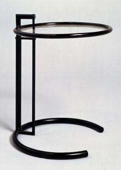 """Eileen gray """"Table ajustable"""". Crédits photo : Centre Pompidou / Jean-Claude Planchet"""
