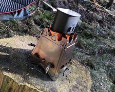 Auch unterwegs kann man sich mit nützlicher Ausrüstung eine leckere Mahlzeit oder einen Kaffee zubereiten.  #hobo #fire #food #kochen #cooking #bushcraft #bushcraftartikel.de Bushcraft Messer, Survival, Barefoot, Backpacking, Outdoor, Coffee, Life, Meal, Cooking