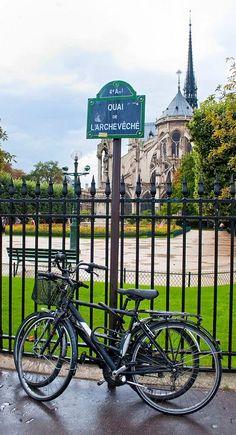 Le quai de l'Archevêché... à vélo  (Paris 4ème).