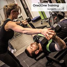 Im Unterrichtsfach One2One lernen die Teilnehmer die Kommunikation mit dem KundInnen, Anleitung von Übungen sowie das Sichern während der Bewegungsausführung🤙😉 ... #flexyfitsportsacademy #flexyfit #sport #fitnesstrainer #sportausbildung #kraf