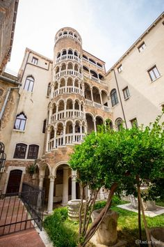 Burano et Venise en 2 jours, Viva la Dolce Vita Regions Of Italy, Voyage Europe, Blog Voyage, Toscana, Pisa, Louvre, Mansions, Landscape, House Styles