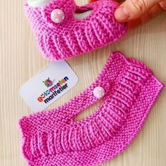 Photos and Videos Knitted Baby Boots, Baby Booties Knitting Pattern, Knit Baby Booties, Knitted Slippers, Baby Knitting Patterns, Knitting Designs, Knitting Socks, Knitting For Kids, Crochet For Kids