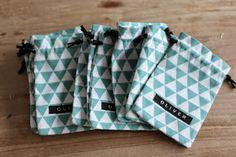 MinnieMie: Handleiding: suikerbonen-zakjes naaien / Tutorial: how to sew small string bags No Sew Fleece Blanket, Fabric Headbands, String Bag, Leftover Fabric, Sewing Projects For Beginners, Diy Projects, Quilt Tutorials, Sewing Tutorials, Sewing Ideas