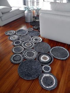 (rug speaking) Linked to pics w/o pattern but says did with tshirt yarn.Linked to pics w/o pattern but says did with tshirt yarn. Crochet Carpet, Crochet Home, Crochet Yarn, Crochet Simple, Easy Crochet Patterns, Easy Patterns, Yarn Projects, Crochet Projects, Tee Shirt Fila