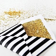 Just add glitter and presto! Personaliza el forro del sobre de tus invitaciones de boda con glitter.