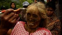 Los miembros de la comunidad Tana Toraja en la isla Sulawesi de Indonesia celebran cada tres años el ritual Manene FOTÓGRAFO: STRINGER/INDONESIA | REUTERS