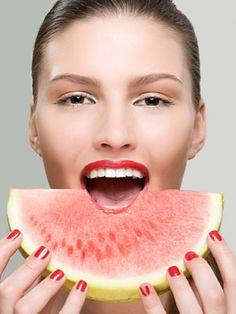 10 beneficios de la sandía: http://www.marie-claire.es/belleza/cuerpo/articulo/10-beneficios-de-la-sandia-351434530451