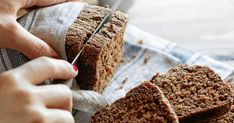 Gluten Free Blender Bread A quick whirl in the blender yields this easy no-fuss gluten-free bread recipe. - Blender - Ideas of Blender Gluten Free Sandwich Bread Recipe, Best Gluten Free Bread, Gluten Free Banana Bread, Make Banana Bread, Healthy Banana Bread, Banana Bread Recipes, Craving Bread, Quiche, Broccoli