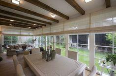 Římské rolety chrání interiér před sluncem.