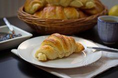 Aj keď sa to zdá komplikované, nie je to nič náročné. Príprava na tieto raňajkové maslové croissanty zaberie viac času, ale výsledok stojí za to. Príprava samotného cesta dlho netrvá, vždy tri minúty, ale potom treba cesto hodinu schladzovať. Toto sa opak Czech Recipes, Russian Recipes, Ethnic Recipes, Home Baking, Croissant, Baked Potato, Bread Recipes, Catering, French Toast
