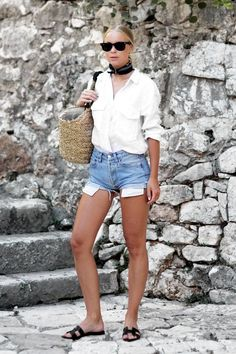 42 Great Summer Scarves For That Pulled Together Look Casual Street Style, Casual Chic, Looks Con Shorts, Fall Winter Outfits, Summer Outfits, Short Outfits, Casual Outfits, Distressed High Waisted Shorts, Denim Shorts