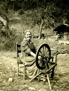 "This photograph features Sally Creech, better known as ""Aunt Sal"" spinning wool… Vintage Pictures, Old Pictures, Vintage Images, Old Photos, Vintage Abbildungen, Appalachian People, Appalachian Mountains, Spinning Wool, Spinning Wheels"
